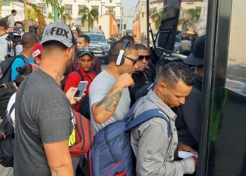 Migrantes cubanos suben a autobuses en Tapachula (México), el 17 de abril de 2019. Foto: Juan Manuel Blanco / EFE / Archivo.