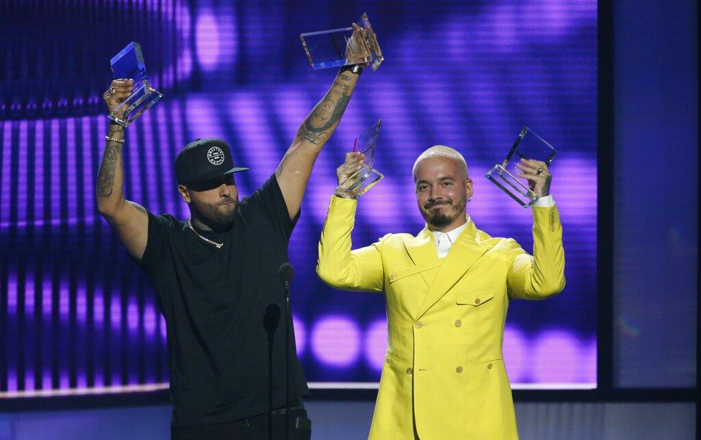 """Nicky Jam, a la izquierda, y J Balvin reciben el premio a la canción del año, airplay por """"X"""" en la ceremonia de los Premios Billboard de la Música Latina, el jueves 25 de abril del 2019 en Las Vegas. Foto: Eric Jamison/Invision/AP."""