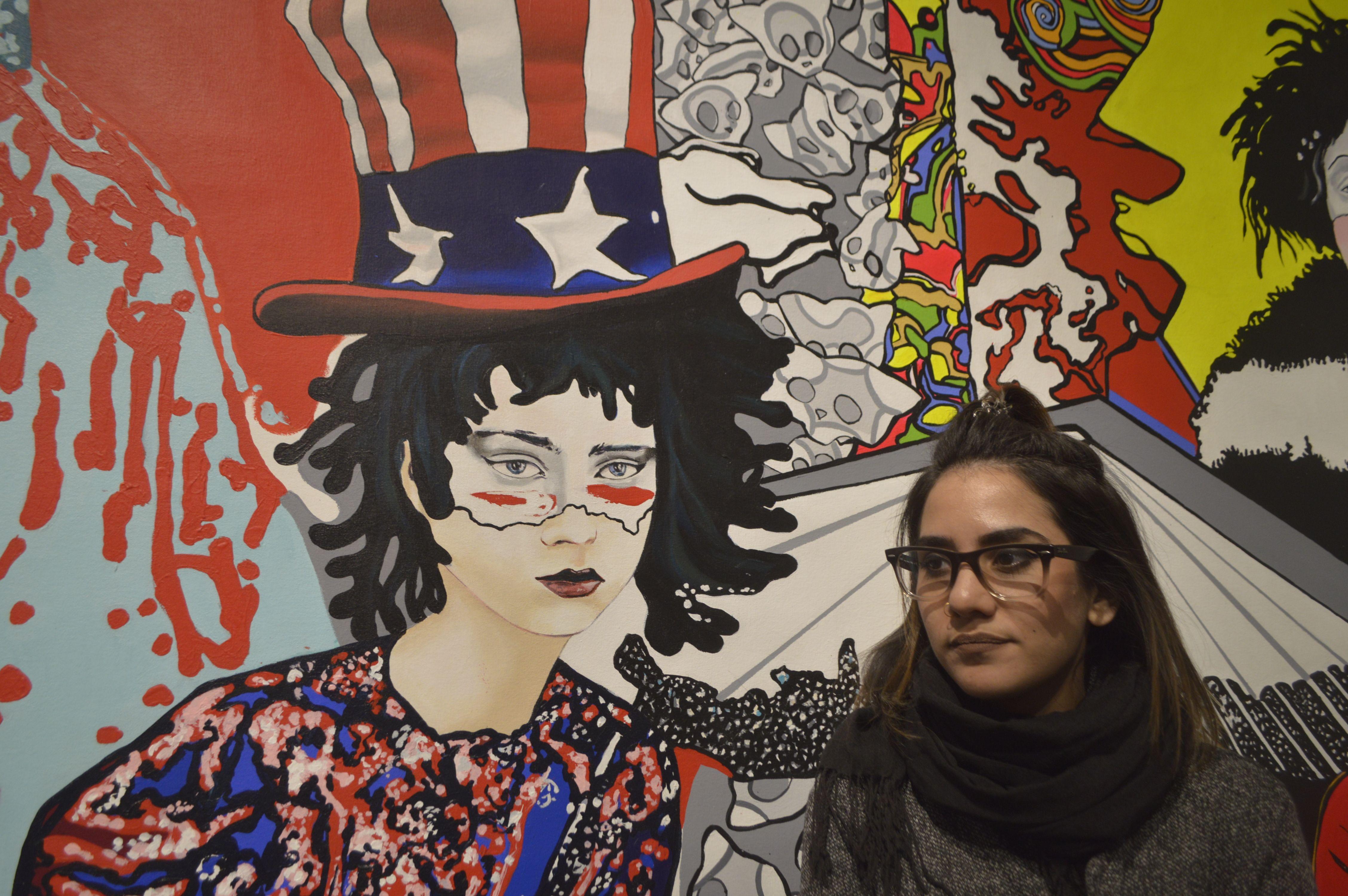 """La artista cubana Osy Milian junto a una de sus obras desplegadas en la muestra unipersonal """"C' moi, cest nous"""", en la galería Cheng Xindong de Pekín, en febrero de 2019."""