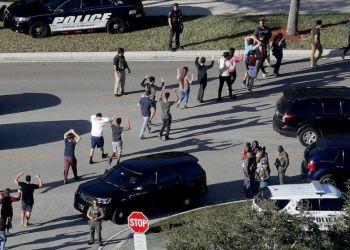 Alumnos son evacuados de su escuela en Parkland tras la masacre del año pasado. AP