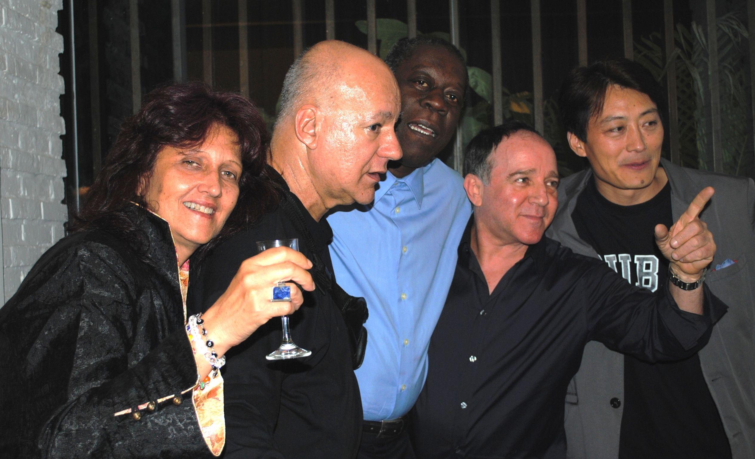 """En 2010, tras el éxito total de su muestra de arte contemporáneo  chino en el Museo Nacional de Bellas Artes de La Habana, el galerista Cheng Xindong invirtió los términos. Trajo a Pekín a ocho artistas cubanos con sus respectivas obras, para la muestra """"Cuban Avant Garde"""", además de desplegar el trabajo de otros creadores cubanos ausentes en su galería privada de la capital china.  Aquí aparece en un momento festivo con cuatro de sus invitados de la Isla, a saber: Rocío García, Rafael Zarza, Eduardo Roca (Choco) y Roberto Fabelo."""