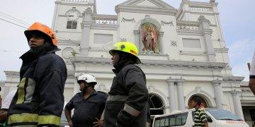 Bomberos de Sri Lanka en la zona en torno al Santuario de San Antonio en Colombo, Sri Lanka, el domingo 21 de abril de 2019. Foto: Eranga Jayawardena/AP.