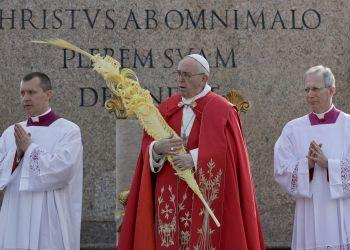 El papa Francisco sostiene una palma durante la celebración del Domingo de Ramos en la Plaza de San Pedro del Vaticano, el domingo 14 de abril de 2019. (AP Foto/Gregorio Borgia)