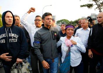 El líder opositor Leopoldo López, en el centro, es recibido por partidarios que se encuentra fuera de la base aérea de La Carlota en Caracas, Venezuela, el martes 30 de abril de 2019. Foto: Ariana Cubillos / AP.