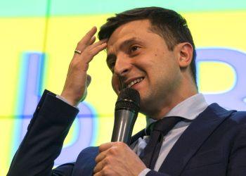 El comediante ucraniano Volodymyr Zelenskiy, mientras responde a una pregunta en una rueda de prensa tras las elecciones presidenciales en Kiev, Ucrania, el domingo 31 de marzo de 2019. Foto: Emilio Morenatti / AP.