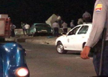 Policías e investigadores junto al auto responsable del accidente masivo de la madrugada del 19 de mayo de 2019 en el malecón de La Habana. Foto: @DircomGuama / Twitter.