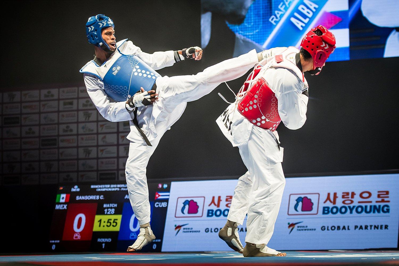 El cubano Rafael Alba (d) enfrenta al mexicano Carlos Sansores en la final de la división de +87 kg en el Campeonato Mundial de Taekwondo de Manchester, Reino Unido, el 19 de mayo de 2019. Foto: worldtaekwondo.org