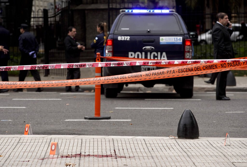 La policía se encuentra cerca de la escena del crimen donde el legislador argentino Héctor Olivares resultó gravemente herido y un funcionario murió luego de que les dispararon desde un vehículo en movimiento cerca del edificio del Congreso, en Buenos Aires, Argentina, el jueves 9 de mayo de 2019.  Foto: Natacha Pisarenko / AP.
