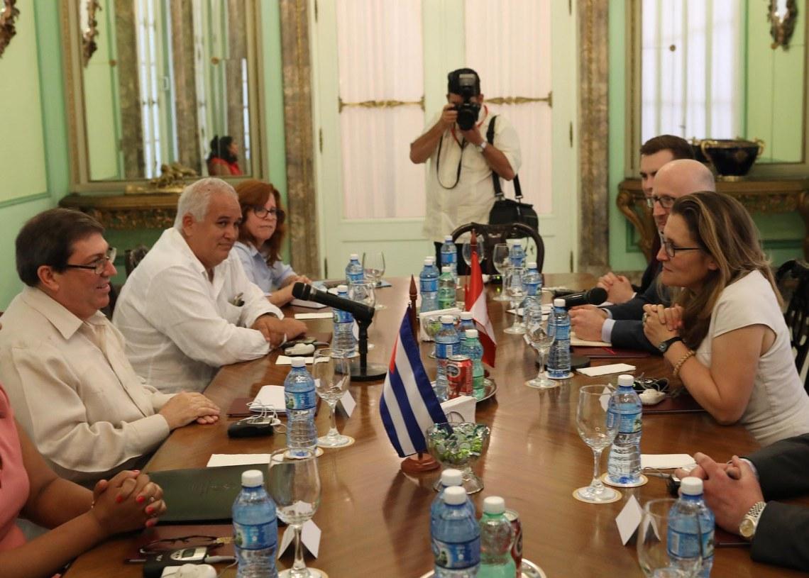 La ministra de Relaciones Exteriores de Canadá, Chrystia Freeland (d), habla con el ministro de Relaciones Exteriores de Cuba, Bruno Rodríguez (2-i), el 16 de mayo de 2019 en La Habana. Foto: Alexandre Meneghini / Pool / EFE.
