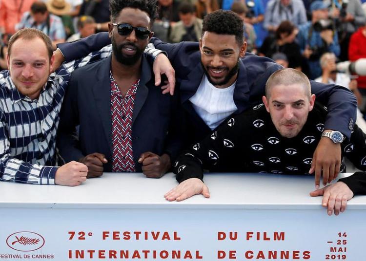 """De izquierda a derecha, los actores Damien Bonnard y Djebril Zonga, el director Ladj Ly y el Alexis Manenti posan con motivo del estreno de su película """"Les Miserables"""" en el Festival de Cine de Cannes.  Foto: International News"""