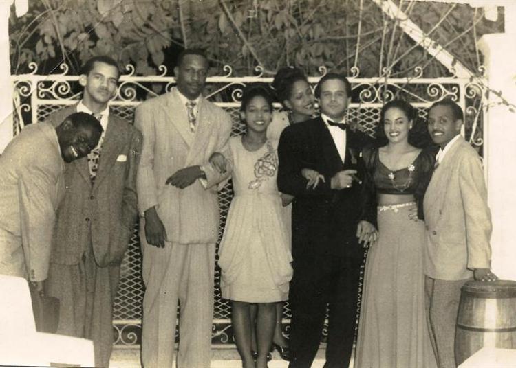 """El percusionista Chano Pozo (i) posando junto a Bebo Valdés (3i), Miguelito Valdés (3d) y Olga Chaviano (2d), y otras personas sin identificar, que aparece en el libro """"Chano Pozo. La vida (1915-1948)"""", de Rosa Marquetti, que acaba de publicar la editorial de Miami Unos & Otros. Foto: Colección Tommy Meini / EFE."""