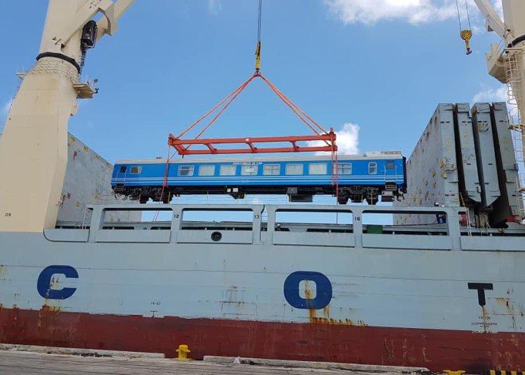 Descarga de nuevos coches chinos para el ferrocarril cubano en el puerto de La Habana, el 19 de mayo de 2019. Foto: @JuventudRebelde / Twitter.
