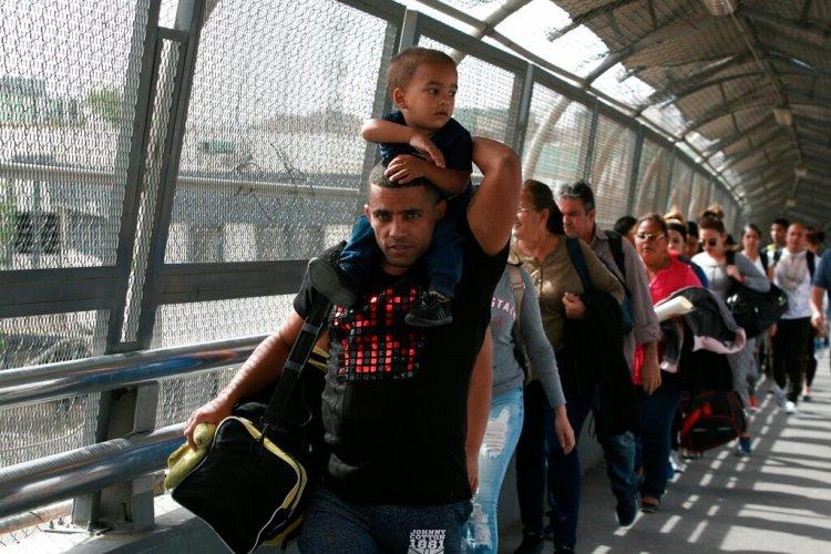 En esta fotografía del 29 de abril de 2019, migrantes cubanos que intentan llegar a EE.UU. son escoltados por las autoridades de inmigración mexicanas en Ciudad Juárez, México. Foto: Christian Torres / AP / Archivo.