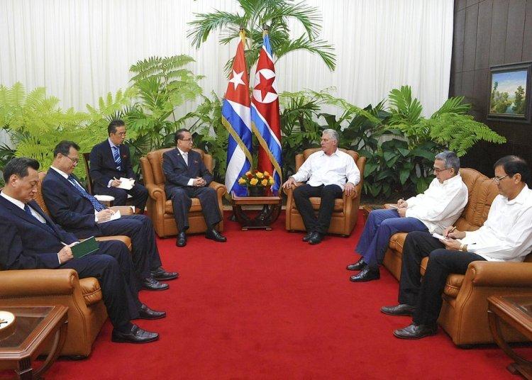 El presidente cubano, Miguel Díaz-Canel (3-d), recibe al vicepresidente del Comité Central del Partido del Trabajo de Corea, Ri Su-yong (4-i), el jueves 23 de mayo de 2019. Foto: Estudios Revolución.