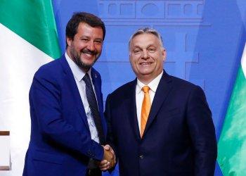 El viceprimer ministro italiano Matteo Salvini (izq) y el presidente de Hungría Viktor Orban posan para una foto durante una conferencia de prensa en Budapest el 2 de mayo de 2019. Foto: Szilard Koszticsak / MTI vía AP.