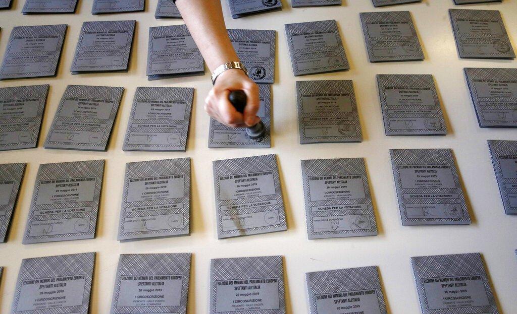 Papeletas en preparación para las Elecciones Europeas del domingo en Rozzano, cerca de Milán, en Italia, el 25 de mayo de 2019. Foto: Antonio Calanni / AP.