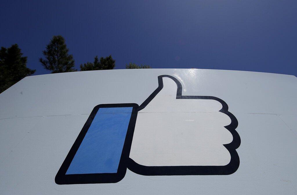 El logo de Facebook en la sede de la compañía en Menlo Park, California, el 25 de abril de 2019. Foto: Jeff Chiu / AP.
