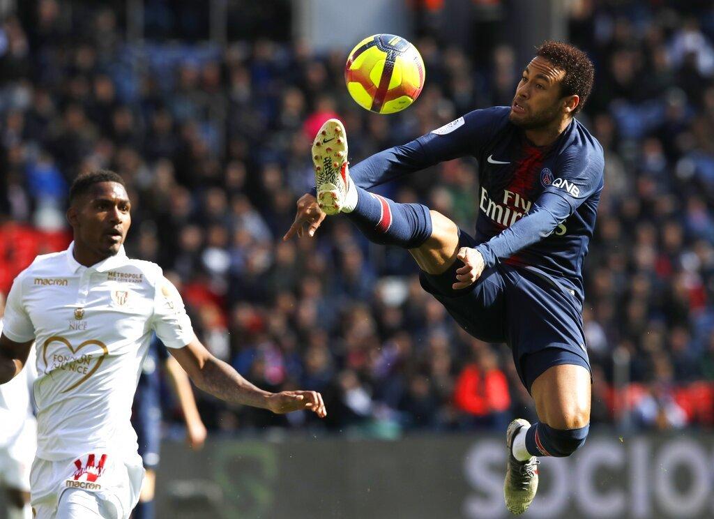 Neymar controla el balón en un partido contra Niza en el estadio Parc des Princes en París el 4 de mayo del 2019. Foto: Christophe Ena / AP / Archivo.