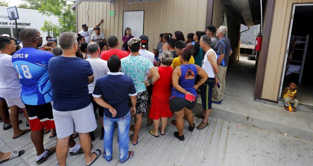 La abogada especializada en derechos humanos Jennifer Harbury (centro, al fondo) instruye a varios migrantes cómo tramitar pedidos de asilo en Reynosa, México, el 1ro de mayo de 2019. Foto: Eric Gay / AP.