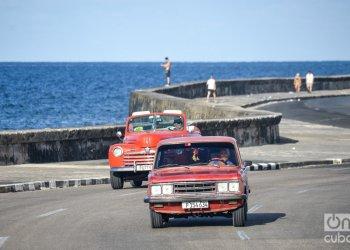 Autos transitando por la avenida del malecón en La Habana. Foto: Kaloian.