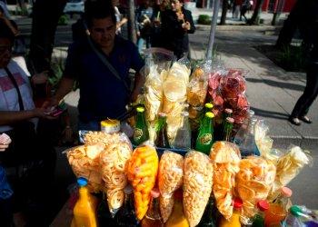 Un vendedor callejero vende bocadillos fritos envueltos en bolsas de plástico en Ciudad de México, el 5 de julio de 2016. Foto: Eduardo Verdugo / AP.