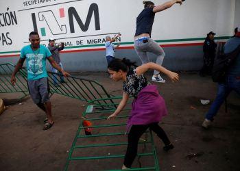 Migrantes cubanos se fugan de una estación migratoria en Chiapas, México. Foto: Reuters / Televisa / Archivo.