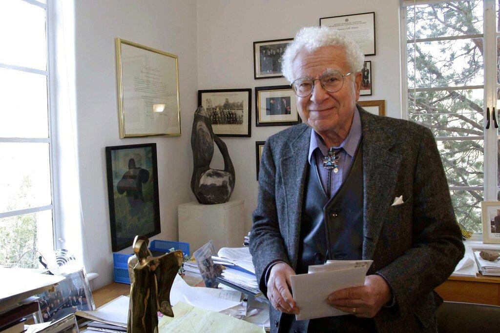 Esta imagen del 14 de noviembre de 2003 muestra a Murray Gell-Man, ganador del premio Nobel de física en 1969, en el Instituto Santa Fe, en Santa Fe, Nuevo México. (AP Foto/Jane Bernard, archivo)