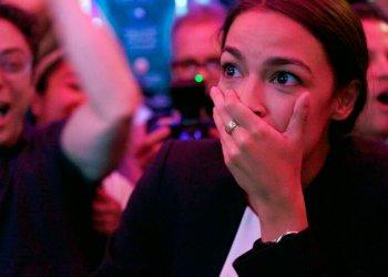 """Alexandria Ocasio-Cortez el día de su sorpresiva victoria en las elecciones legislativas del 2018, en una imagen tomada del documental de Netflix """"Knock Down the House"""", estrenado el 1ro de mayo de 2019. Foto: Netflix vía AP."""