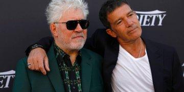 """El director Pedro Almodóvar, a la izquierda, y el actor Antonio Banderas posan con motivo del estreno de """"Dolor y gloria"""" en el Festival de Cine de Cannes, el jueves 16 de mayo del 2019 en Cannes, Francia. Foto: Petros Giannakouris / AP."""