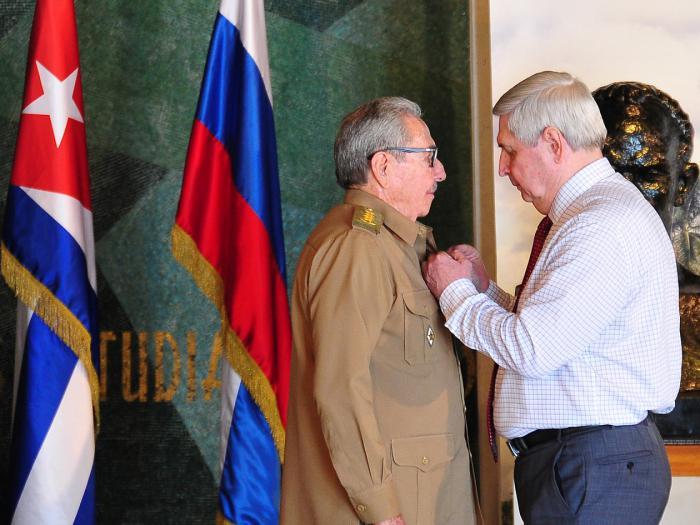 El expresidente cubano Raúl Castro (izq) recibe el premio Lenin de manos del primer vicepresidente de la Duma Estatal y del Partido Comunista de Rusia, Ivan Melnikov. Foto: @CubaMINREX / Twitter.