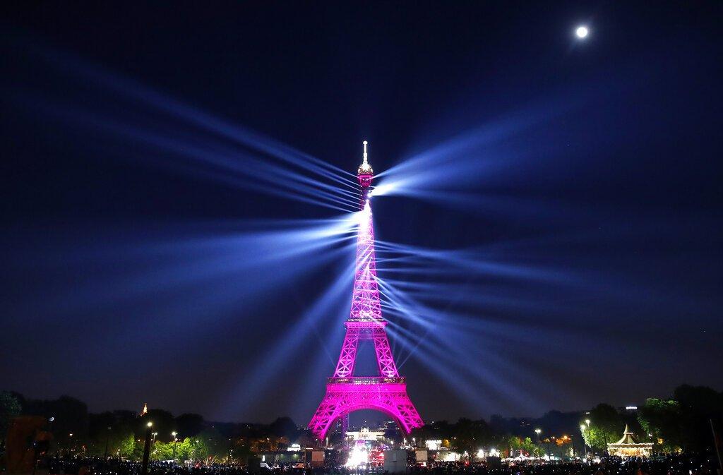 La Torre Eiffel emite luces láser en un espectáculo con motivo de su 130 aniversario en París, el miércoles 15 de mayo de 2019. Foto: Christophe Ena / AP.