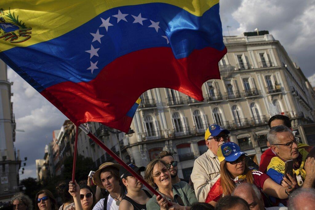 Simpatizantes del líder opositor venezolano Juan Guaidó se reúnen en Madrid, el martes 30 de abril de 2019. Foto: Bernat Armangue / AP.