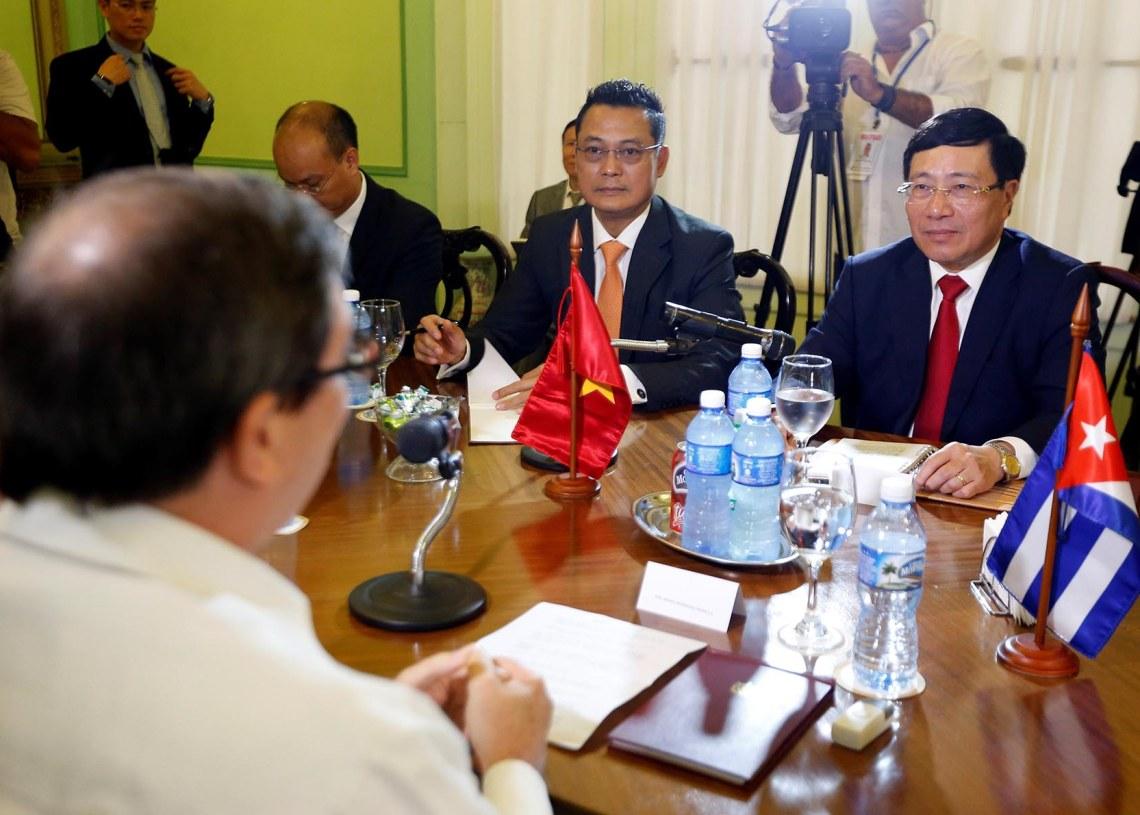 El ministro de Exteriores de Cuba, Bruno Rodríguez Parilla (c-i), se reúne con su homólogo vietnamita, Pham Binh Min (c-d), este lunes, en La Habana, Cuba. Foto: Ernesto Mastrascusa / EFE.