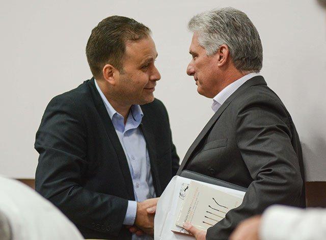 Luis Morlote, nuevo presidente de la UNEAC, junto al presidente cubano Miguel Díaz-Canel. Foto: ACN