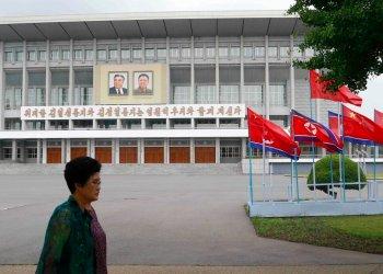 Banderas nacionales de Corea del Norte y China adornan una calle en Pyongyang, Corea del Norte, el 20 de junio de 2019, con motivo de la visita del presidente de China, Xi Jinping. (AP Foto/Jon Chol Jin)