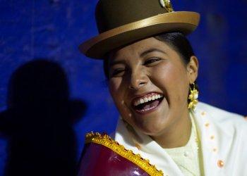 Una mujer aymara sonríe mientras espera su turno para competir en el concurso Cholita Paceña 2019, en La Paz, Bolivia, el viernes 28 de junio de 2019. (AP Foto/Juan Karita)