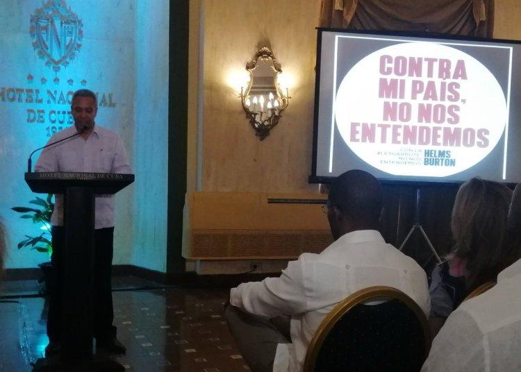 El viceministro primero del Comercio Exterior y la Inversión Extranjera de Cuba, Antonio Luis Carricarte, habla en un encuentro con empresarios y diplomáticos foráneos, en el Hotel Nacional, en La Habana. Foto: @MINCEX_CUBA / Twitter.