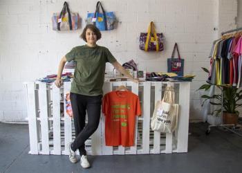 """La cofundadora de la marca de moda """"Clandestina"""", la española Leire Fernández, posa para Efe el miércoles 5 de junio de 2019 en su tienda """"Pop-up"""" (efímera), en pleno barrio de Brooklyn, en Nueva York. Foto: Miguel Rajmil / EFE."""