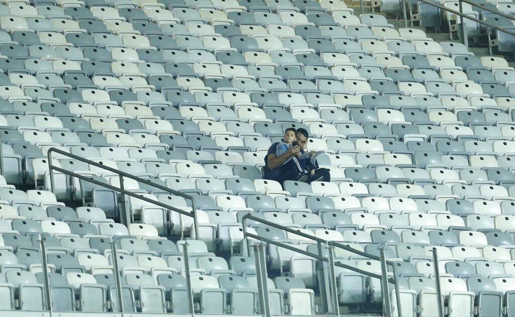 Un par de aficionados previo al comienzo del partido Uruguay-Ecuador por el Grupo C de la Copa América en el estadio Mineirao de Belo Horizonte, Brasil, el domingo 16 de junio de 2019. (AP Foto/Víctor R. Caivano)