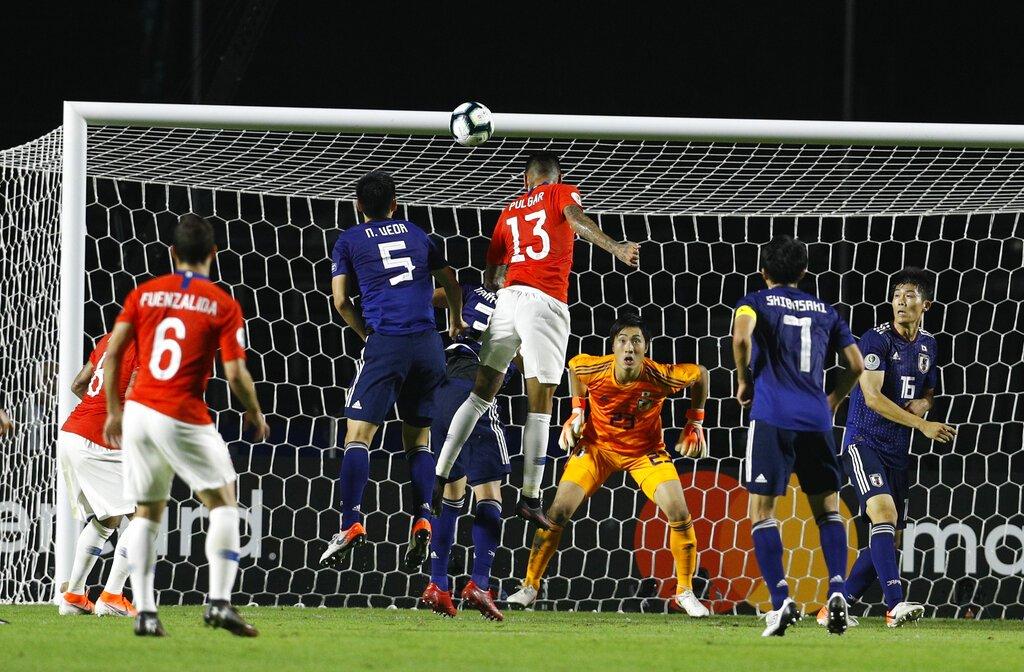 Erick Pulgar (centro) anota el primer gol de Chile en el partido contra Japón por el Grupo C de la Copa América en Sao Paulo, Brasil, el lunes 17 de junio de 2019. Foto: Víctor R. Caivano / AP.