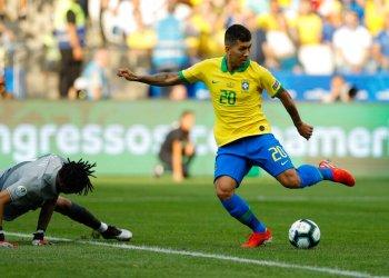 Roberto Firmino anota el segundo de Brasil en el partido ante Perú por el Grupo A de la Copa América en Sao Paulo, Brasil, el sábado 22 de junio de 2019. (AP Foto/Víctor R. Caivano)