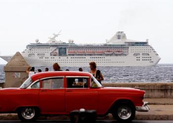 Fotografía de archivo del 22 de mayo de 2017 muestra un crucero con turistas que pasan frente al Malecón en La Habana (Cuba). El Gobierno de EE.UU. anunció hoy que prohibirá los viajes en crucero a Cuba, lo que asesta un gran golpe a la economía cubana y a esa pujante industria que había crecido desde el deshielo iniciado en 2014. EFE/Ernesto Mastrascusa