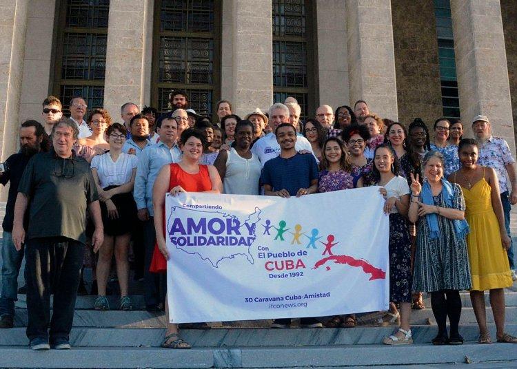El presidente cubano, Miguel Díaz-Canel, junto a los integrantes de la trigésima Caravana a Cuba de la organización Pastores por la Paz. Foto: @CubaMINREX / Twitter.