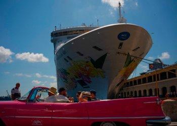 Turistas recién desembarcados del Norwegian Sky, recorren la ciudad en un convertible estadounidense clásico en La Habana, el martes 4 de junio de 2019.  El barco zarpó esta madurgada. Foto: Ramon Espinosa / AP.