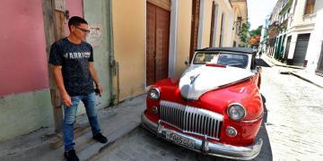 Julio César, chofer de auto clásico, responde preguntas a Efe, el 4 de junio de 2019, en La Habana Cuba. Foto: Ernesto Mastrascusa / EFE.
