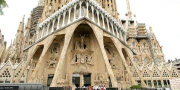 En esta fotografía de archivo del domingo 20 de agosto de 2017, varios dignatarios salen después de una misa en la Basílica de la Sagrada Familia de Barcelona en memoria a las víctimas de los atentados terroristas, en Barcelona, España. Foto: Manu Fernandez/ AP.