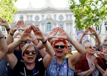 Mujeres se manifiestan después que el Tribunal Supremo de España declaró a cinco hombres culpables de violación, afuera de la sala del tribunal en Madrid, España, el viernes 21 de junio de 2019. Foto: Manu Fernández / AP.