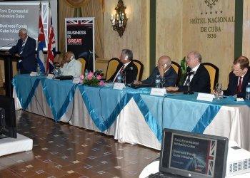 """Lord David Triesman (izq), copresidente del grupo """"Iniciativa Cuba"""", habla en la apertura del foro empresarial entre Cuba y el Reino Unido, con la asistencia del presidente cubano, Miguel Díaz-Canel (3-i), el lunes 17 de junio de 2019. Foto: @DiazCanelB / Twitter."""