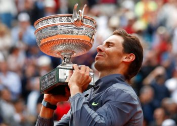 El español Rafael Nadal levanta el trofeo mientras celebra su 12mo título del Abierto de Francia tras imponerse a Dominic Thiem en cuatro sets, en París, el domingo 9 de junio de 2019. (AP Foto/Christophe Ena)