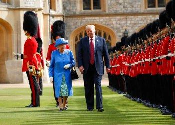 Esta foto de archivo del viernes 13 de julio del 2018 muestra al presidente de Estados Unidos Donald Trump junto a la reina Isabel pasando revisión a la Guardia de Honor en en el Castillo de Windsor en Windsor, Inglaterra. Foto: Pablo Martínez Monsivais/AP.